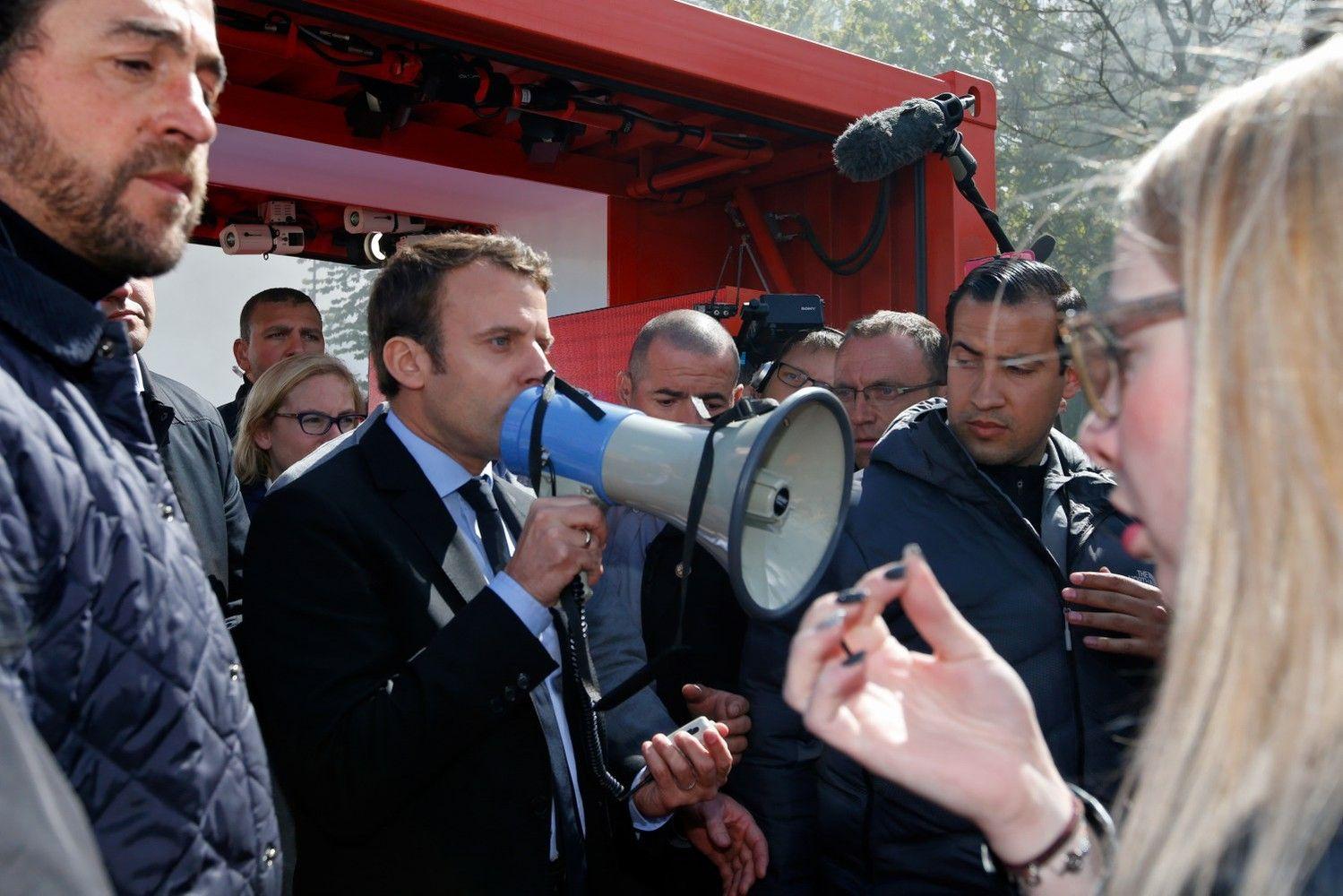Prancūzijos rinkimų finaliniame etape – smūgiai iš pasalų