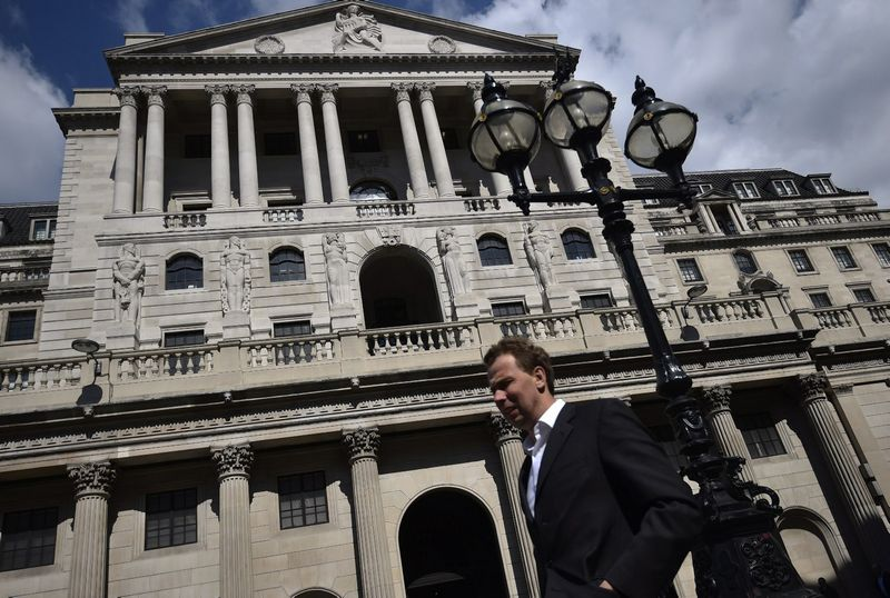 "Anglijos Banko pastatas Londone. Hannah McKay (""Reuters"" / ""Scanpix"") nuotr."