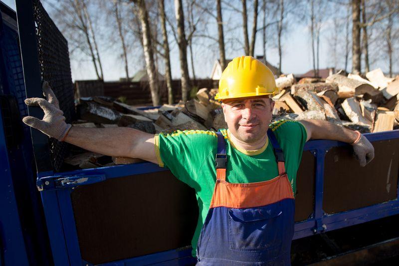 """Andrius Biliūnas, UAB """"Biliūnų prekyba"""" bendraturtis: """"Nuo namų iki medienos apdirbimo cecho – vos 50 m, tad į darbą važiuoti nereikia."""" Vladimiro Ivanovo (VŽ) nuotr."""