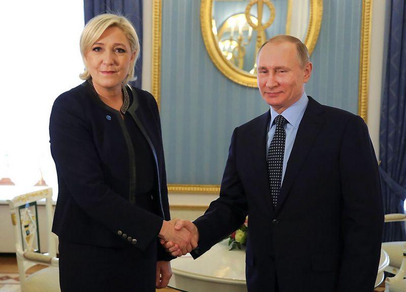 """Marine Le Pen ir Vladimiras Putinas per susitikimą Kremliuje kovo pabaigoje. Mikhailo Klimentjevo (""""Sputnik"""" / """"Reuters"""" / """"Scanpix"""") nuotr."""