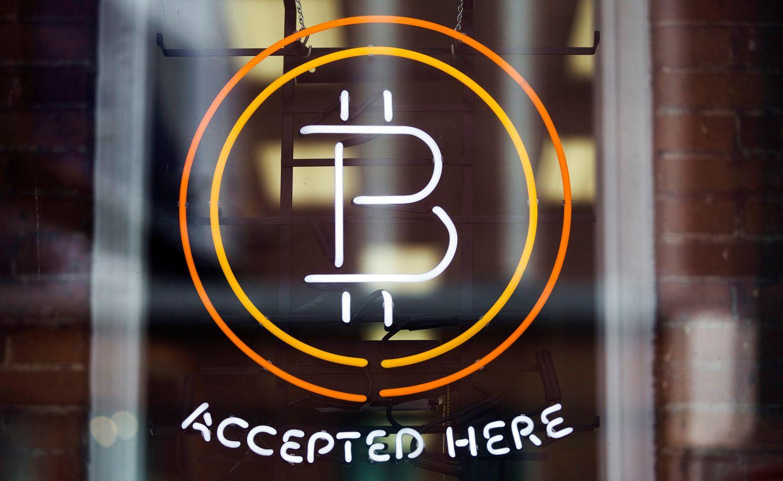 """Bitkoinų kaina """"pramušė"""" 1.700 USD"""