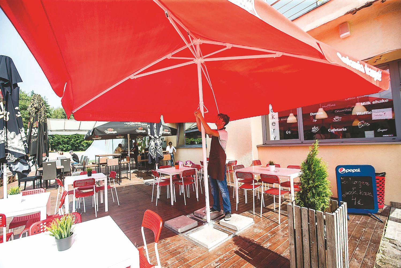 Valstiečiai persigalvojo: alkoholio logotipų ant kavinių skėčių turės nebelikti