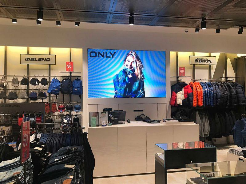 """""""Didelės raiškos LED SMD ekranas """"Aprangos galerijos"""" parduotuvėje""""."""