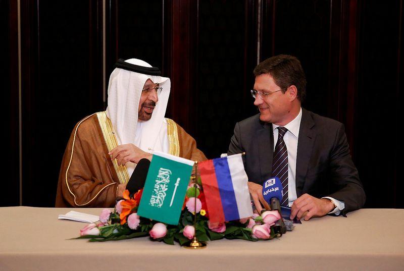 """Saudo Arabijos energetikos ministras Khalidas al-Falihas and Rusijos energetikos ministras Aleksandras Novakas pirmadienį Pekine sutarė siekti pratęsti naftos gavybos ribojimą. Aly Song (""""Reuters""""/""""Scanpix"""") nuotr."""