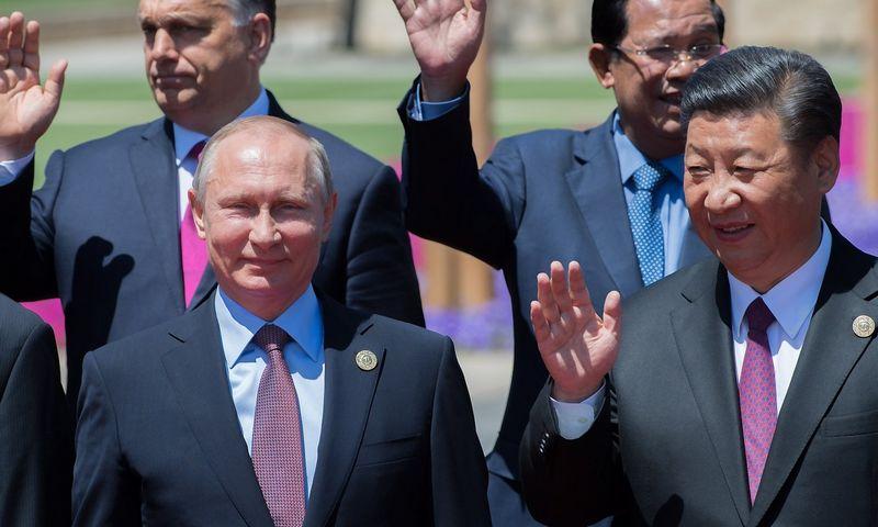 """Rusijos prezidentas Vladimiras Putinas ir Kinijos vadovas Xi Jinpingas. Sergejaus Gunejevo (""""Sputnik"""" / """"Scanpix"""") nuotr."""