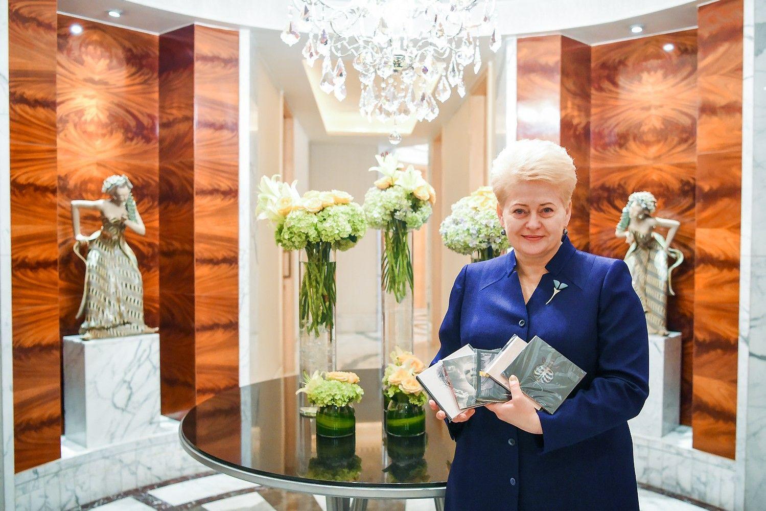 Grybauskaitė į Indoneziją išsivežė Lietuvos roko albumus