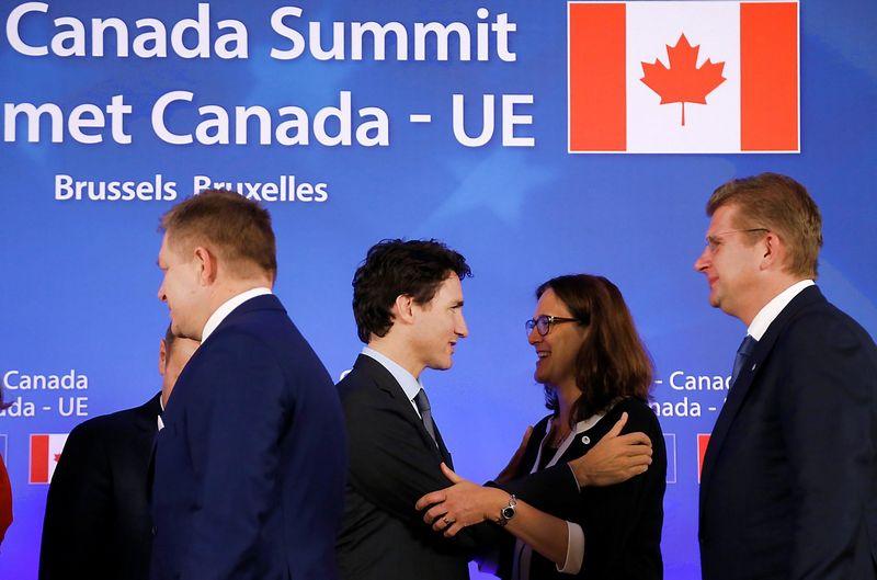 Kanados premjeras Justinas Trudeau, ES prekybos komisarė Cecilia Malmstrom po CETA pasirašymo. Francois Lenoir (Reuters / Scanpix) nuotr.