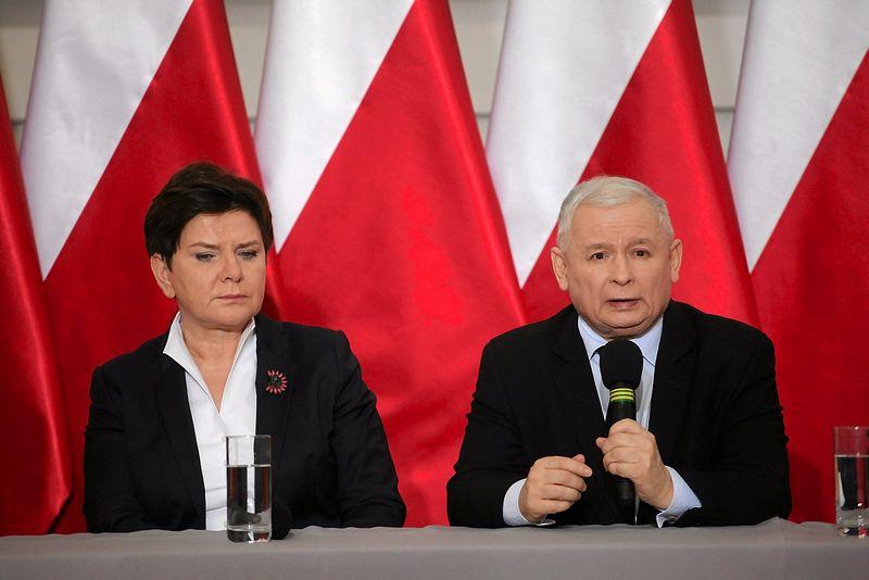 """""""Teisės ir teisingumo"""" partijos lyderis Jaroslawas Kaczynskis ir Beata Szydlo, Lenkijos premjerė. Slawomiro Kaminskio (""""Agencja Gazeta"""" / """"Reuters"""" / """"Scanpix"""") nuotr."""