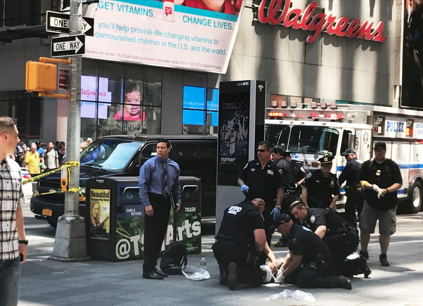 """Niujorko """"Times"""" aikštėje automobilis įvažiavo į būrį žmonių"""