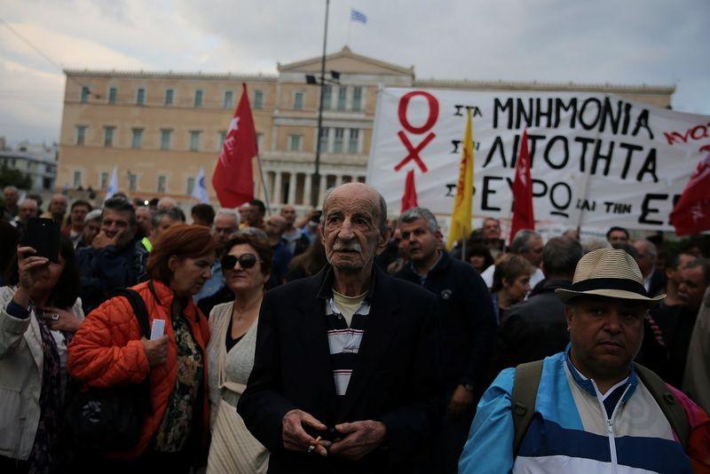 """Protestuotojai prie Graikijos parlamento, jo nariams balsuojant dėl naujų taupymo priemonių. Alkio Konstantinidžio (""""Reuters"""" / """"Scanpix"""") nuotr."""