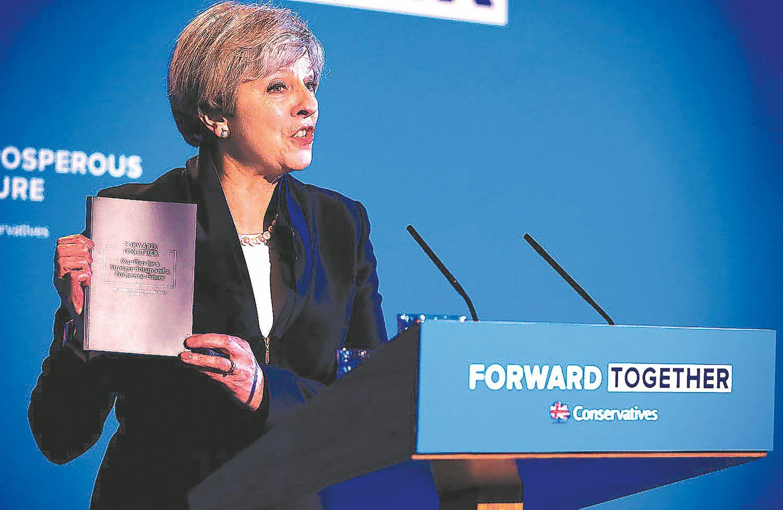 "Theresa May žada kietą ""Brexit"" ir ūkio reformas"