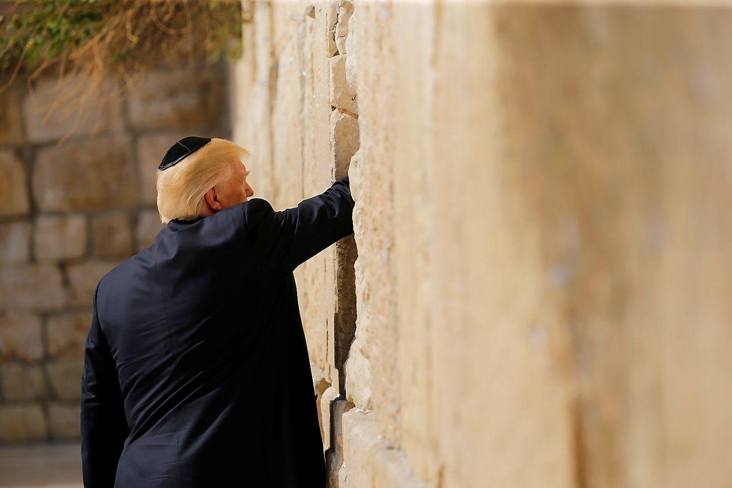 Trumpas Izraelyje pažadėjo siekti taikosregione