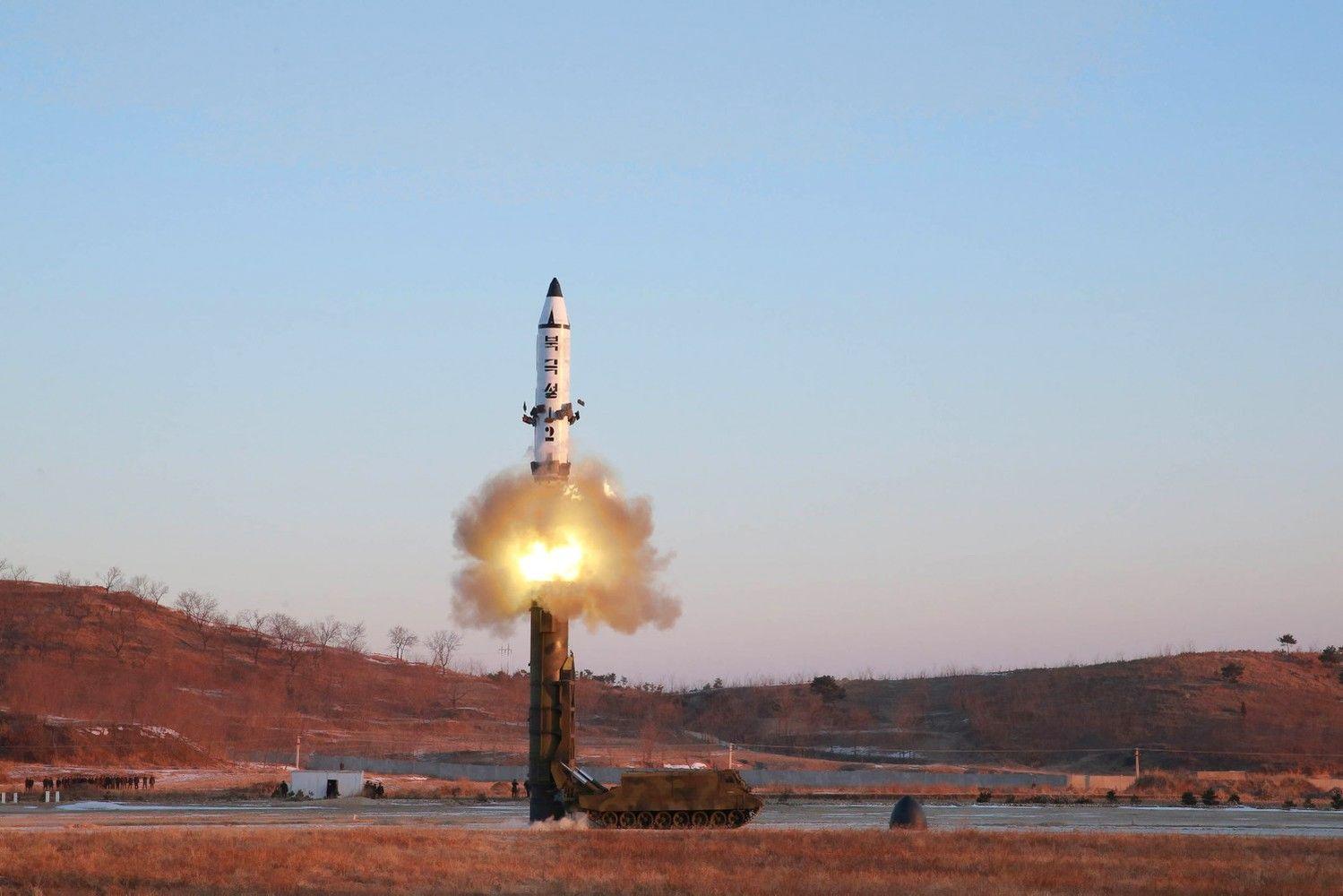 Šiaurės Korėja sėkmingai išbandė kieto kuro raketą