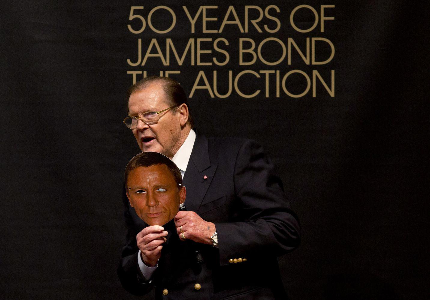 Mirė Jamesą Bondą 7 kartus įkūnijęs Rogeris Moore'as