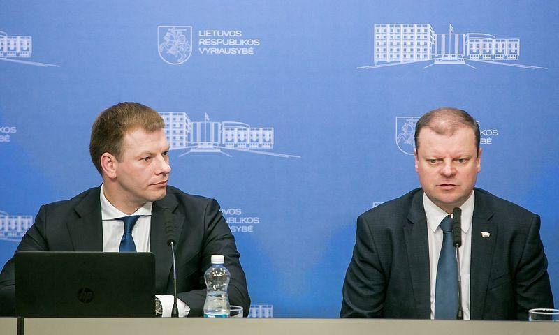 """Finansų ministras Vilius Šapoka ir premjeras Saulius Skvernelis. Juliaus Kalinsko (""""15min"""") nuotr."""