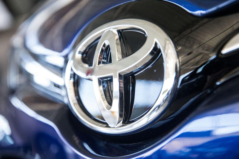 """""""Toyota"""" pardavė """"Teslos"""" akcijas, investavo į skraidantį automobilį"""
