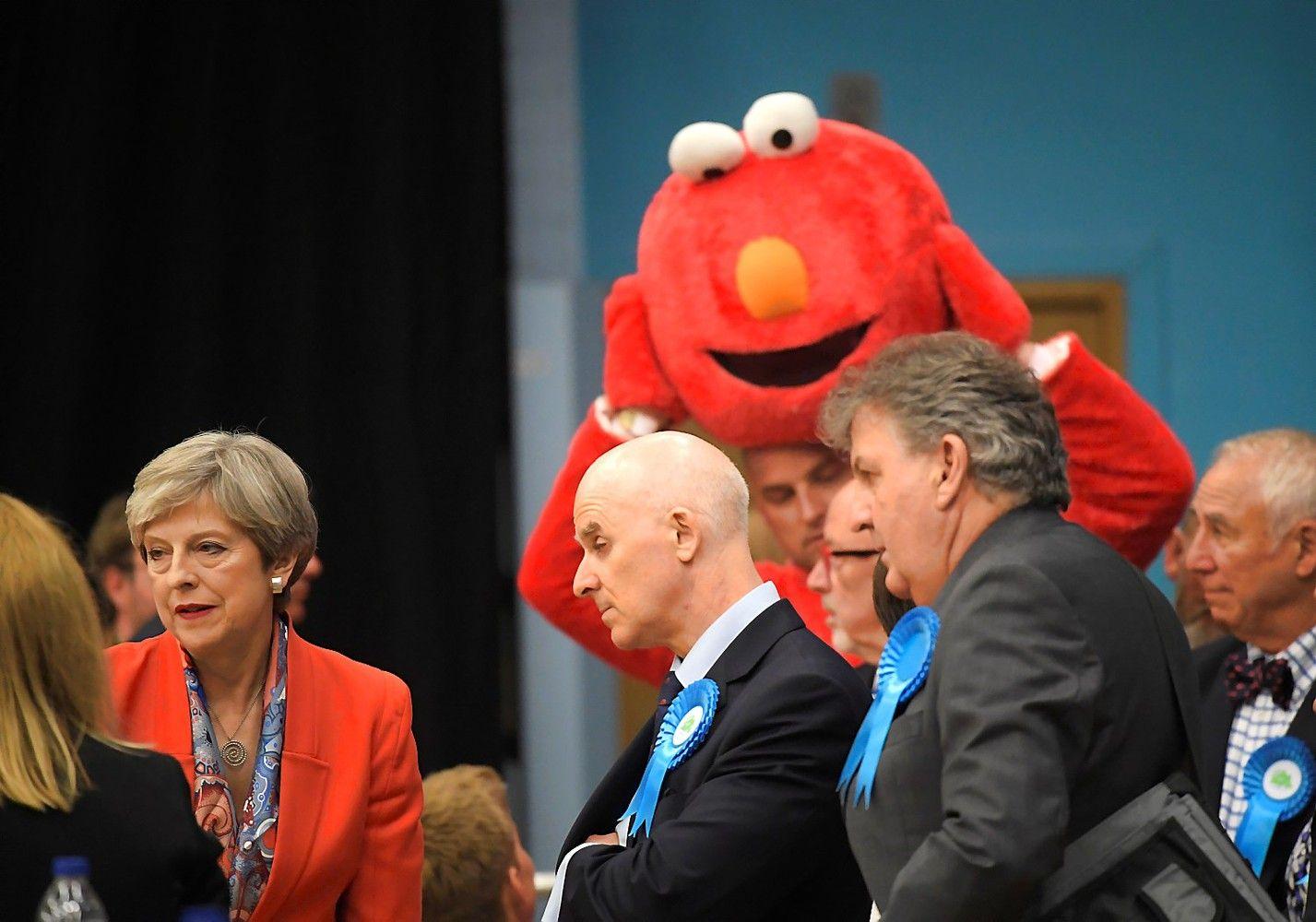 Nepaisant nesėkmės rinkimuose, Theresa May formuoja naują vyriausybę