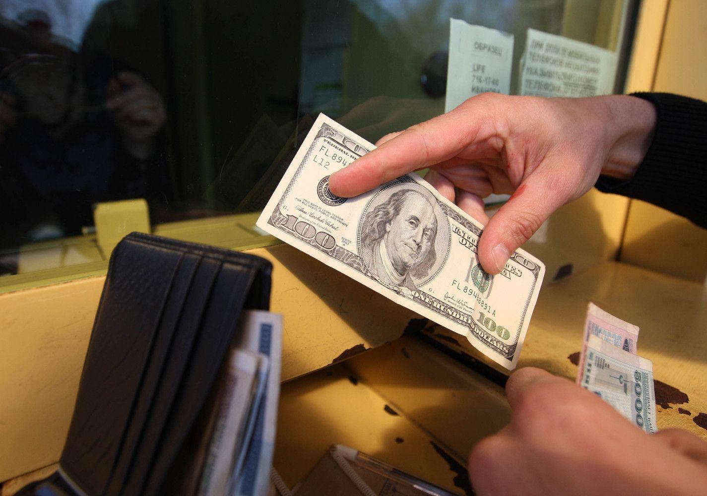 Karas gryniesiems: siūlomi apribojimaibaugina valiutos keityklas