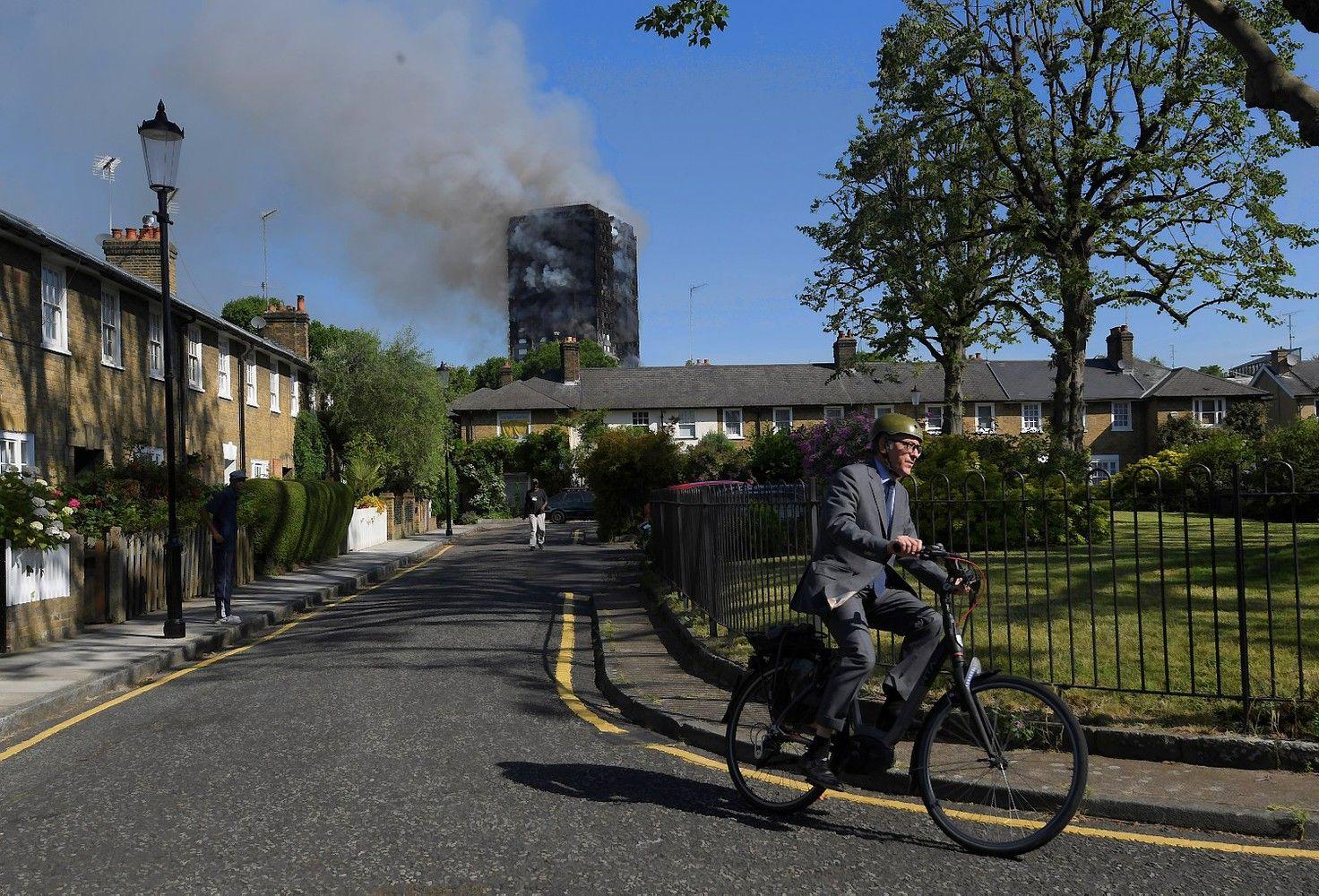 Per milžinišką gaisrą Londone žuvusiųjų skaičius auga