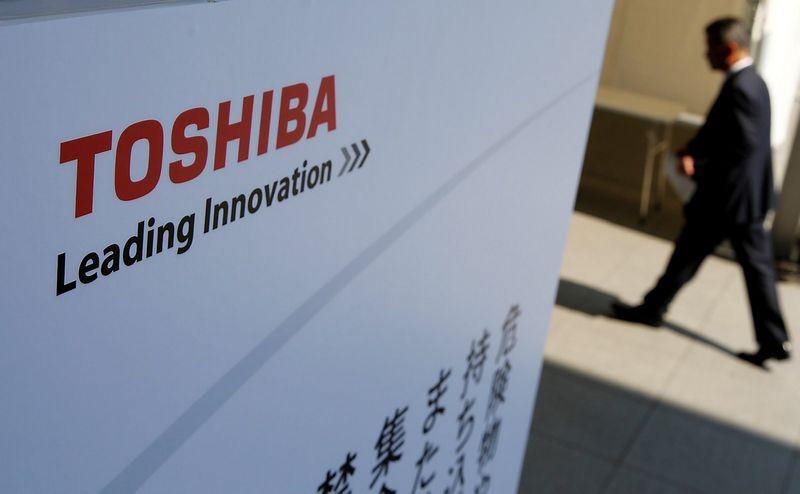 """""""Toshibos"""" viltis išsigelbėti – pelningas įmonės lustų gamybos padalinio pardavimas. Jo pirkėjas turėtų paaiškėti jau artimiausiu metu. Toru Hanai (""""Reuters"""" / """"Scanpix"""") nuotr."""