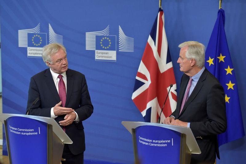 """Pirmadienį Briuselyje susitiko Michelis Barnier (dešinėje), vyriausiasis ES derybininkas dėl """"Brexit"""", ir už šias derybas atsakingas JK vyriausybės sekretorius Davidas Davisas. Erico Vidalo (""""Reuters"""" / """"Scanpix"""") nuotr."""
