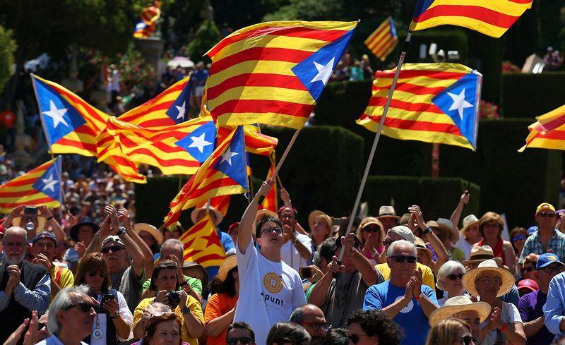"""Katalonijos nepriklausomybės šalininkų mitingas Barselonoje. Alberto Geos (""""Reuters"""" / """"Scanpix"""") nuotr."""