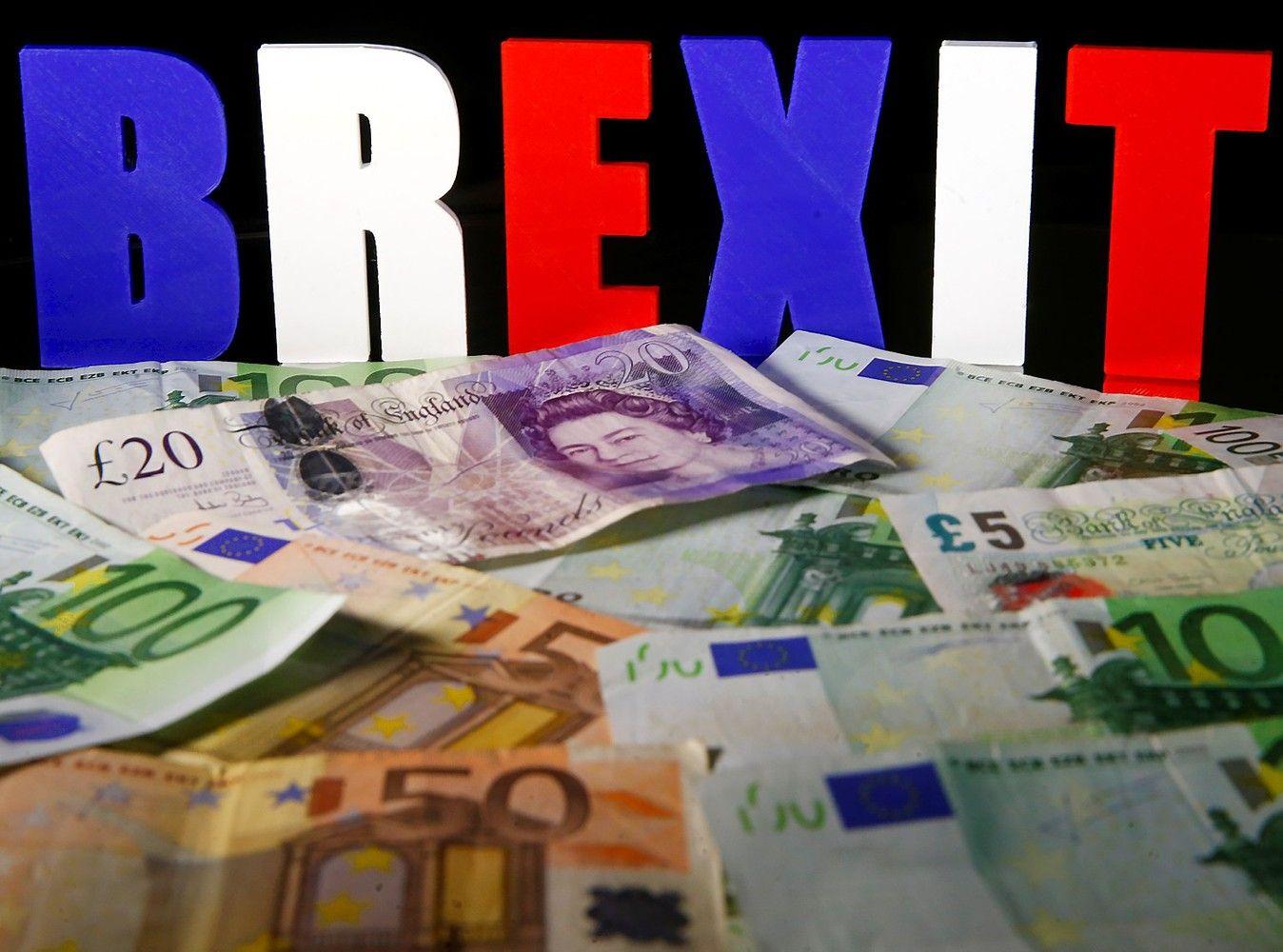 """Verslininkai sulaikę kvapą laukia """"Brexit"""" dramos atomazgos"""
