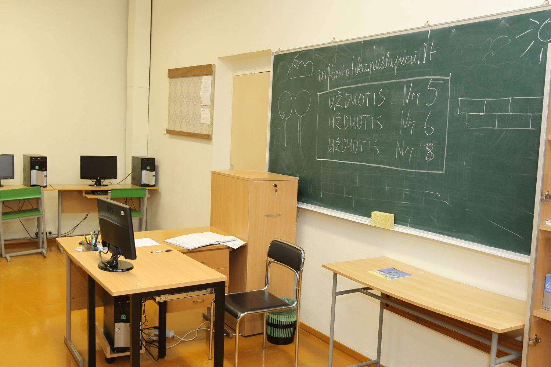 Milijonų pareikalausianti mokytojų algų reforma atidėta metams