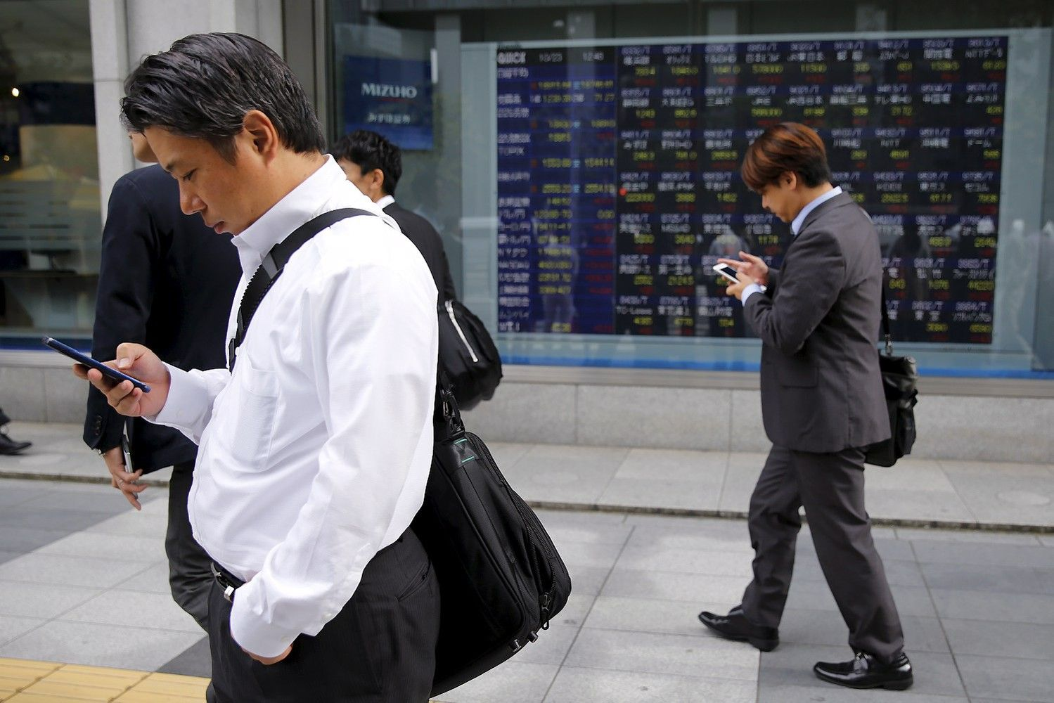 Asia Stocks Drop Amid Hong Kong Selloff; Yen Gains: Markets Wrap