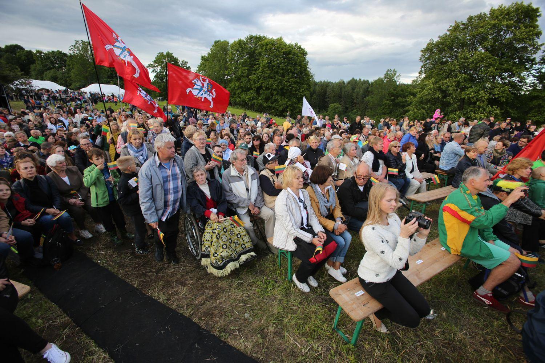 Nuo 100 Lietuvos piliakalnių suskambęs himnas davė startą šimtmečio šventei