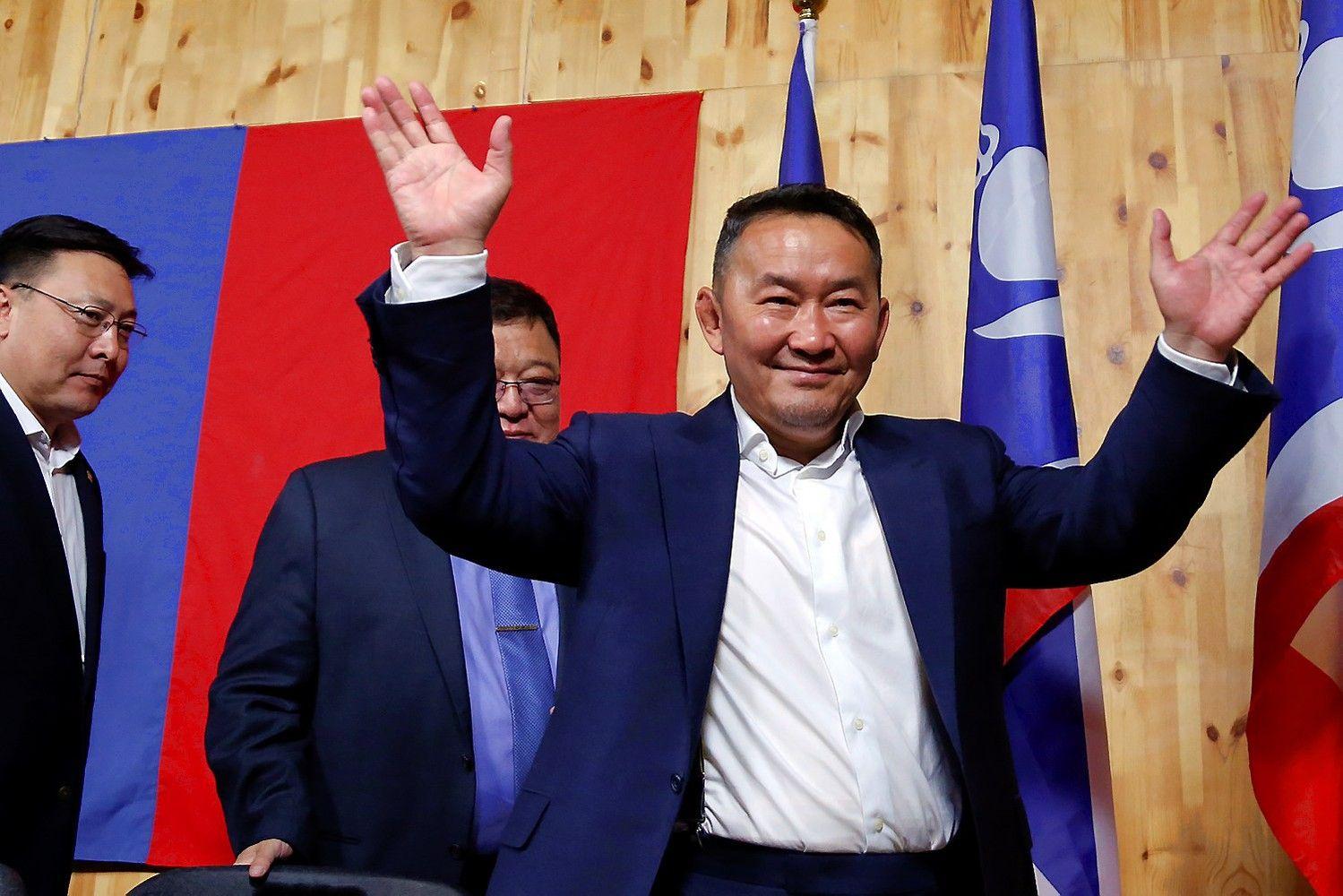 Mongolijos prezidento rinkimus laimėjo buvusi imtynių žvaigždė