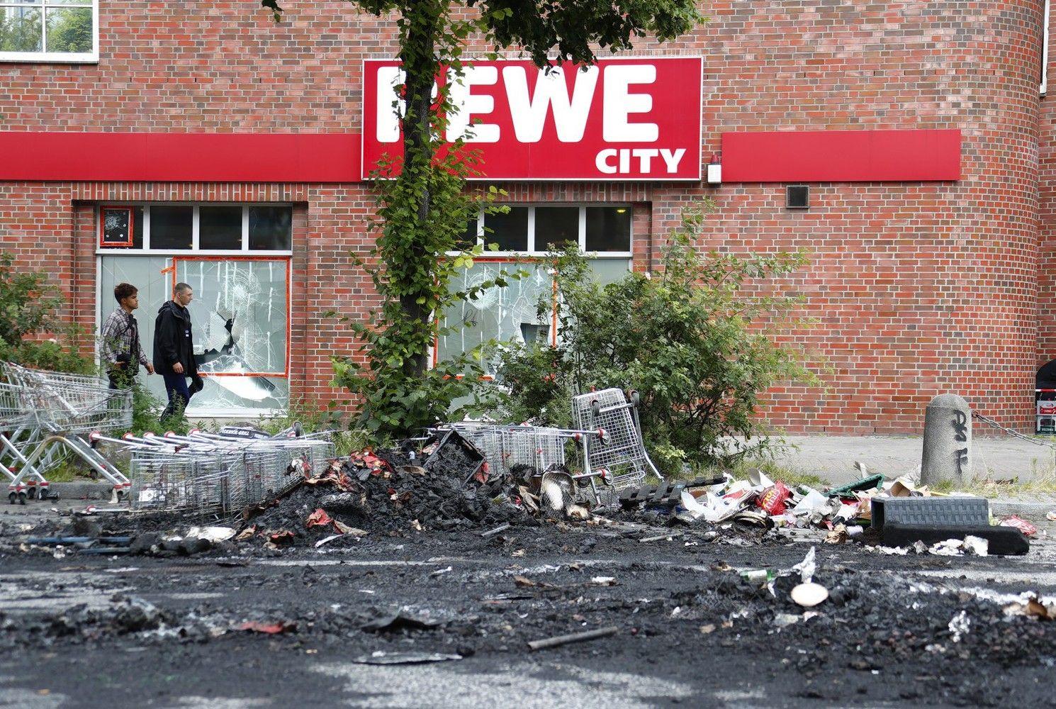 Hamburgas atrodo kaip po karo, policija kalba apie beprecedentį chuliganizmo mastą