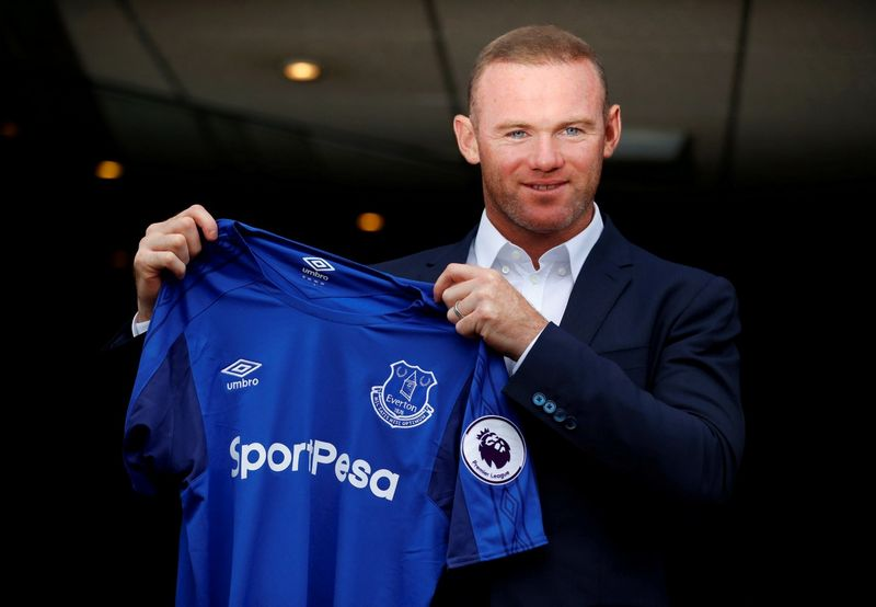 """Didžiąją dalį išaugusių pajamų klubai paskyrė naujų žaidėjų įsigijimui ir jų algoms. Wayne Rooney, Anglijos futbolininkas, neseniai pasirašęs 2 metų sutartį su """"Everton"""". Phil Noble (""""Reuters"""" / """"Scanpix"""") nuotr."""