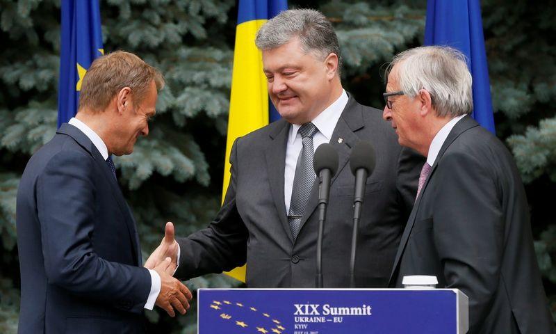 Donaldas Tuskas, Petro Poroshenko ir Jeanas-Claude'as Junckerir. Valentino Ogirenko (Reuters / Scanpix) nuotr.