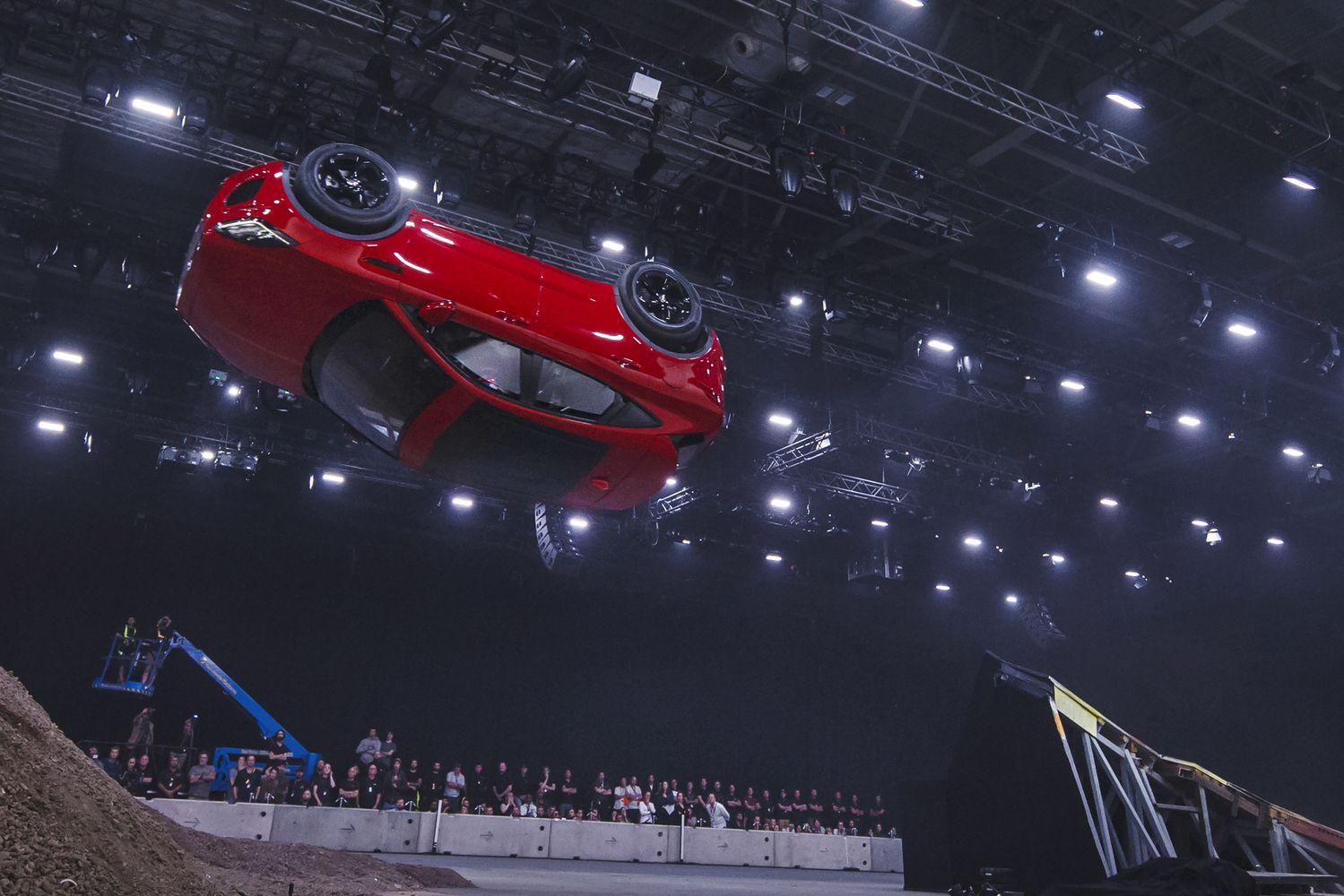 """Naujo""""E-Pace"""" pristatyme""""Jaguar"""" visureigį apvertė ore"""