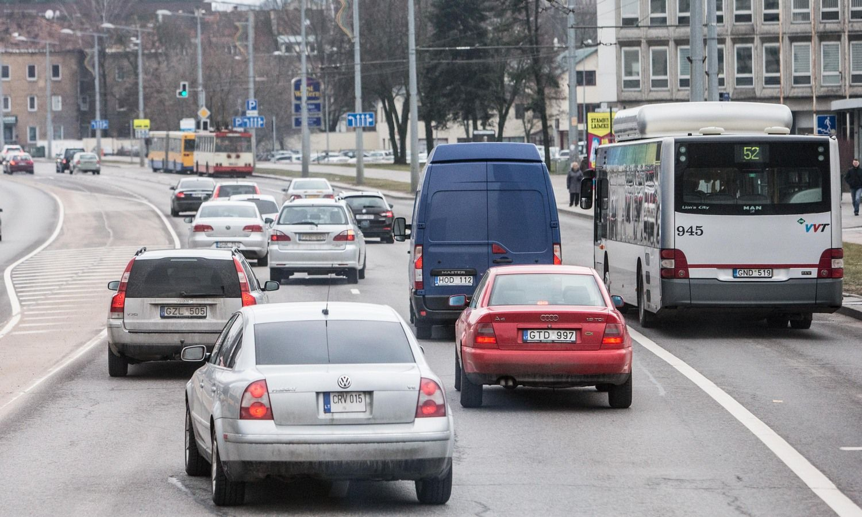 Eismas Vilniuje: be posūkio signalų ir pyktį rodant gestais