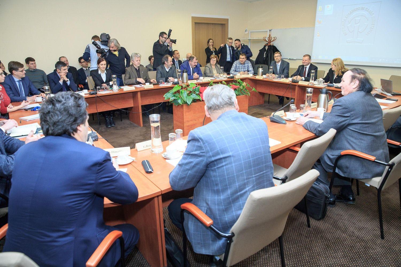 Trišalis susitarimas dėl algų didinimo atidėtas iki rudens