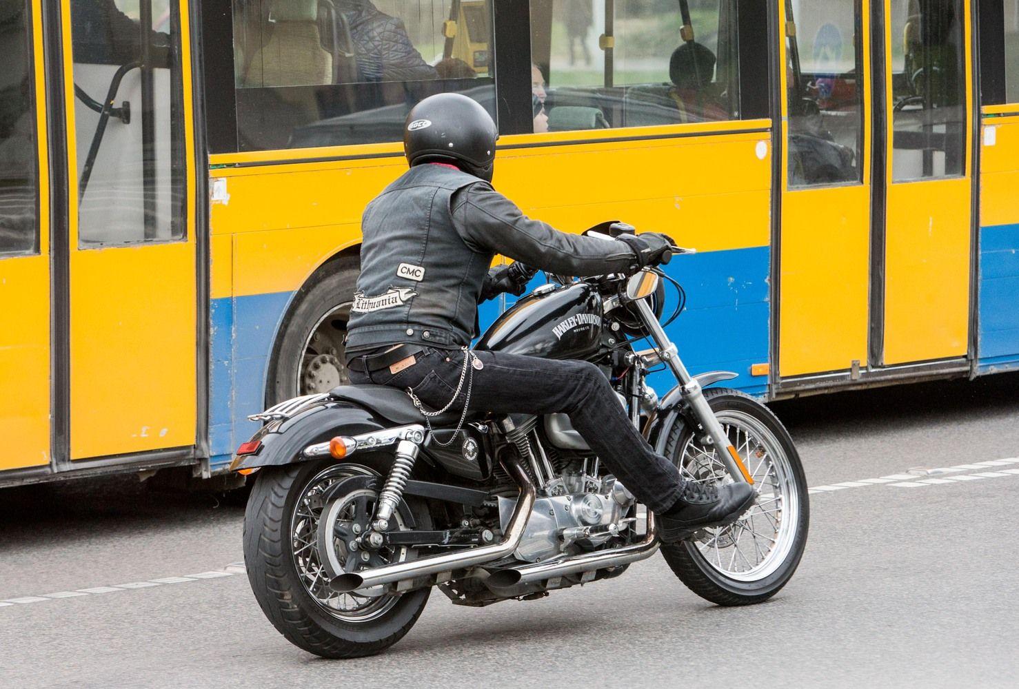 Motociklininkai nuo automobilių nukenčia keturis kartus dažniau