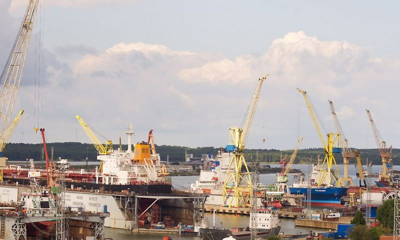 Dėl teisminių ginčų užtrukęs užteršto grunto valymo projektas yra labai svarbus visai eilei kitų Malkų įlankoje numatytų akvatorijos gilinimo ir krantinių rekonstrukcijos projektų. Algimanto Kalvaičio (VŽ) nuotr.