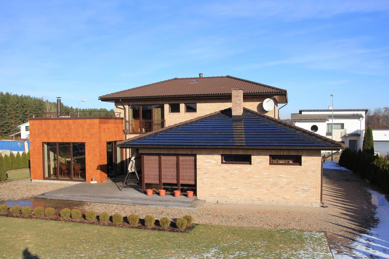 Estijoje pradėta prekiauti čerpėmis su saulės moduliais