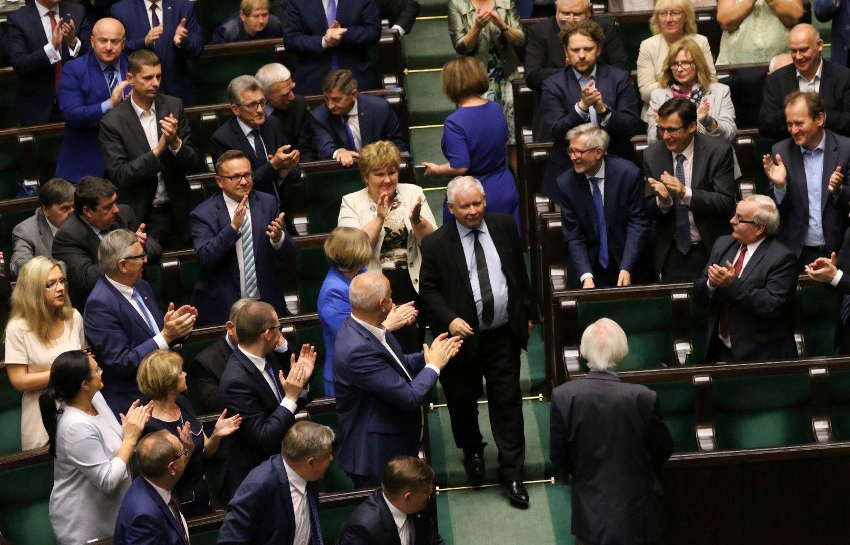 Augant įtampai šalies viduje, Varšuva tęsia konfrontaciją su Briuseliu