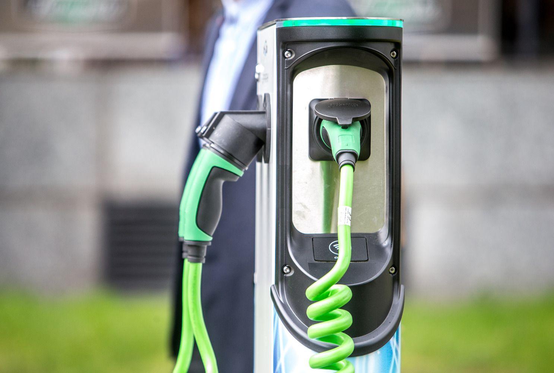 Tendencijos palankesnės benzinui – elektromobilių sumenko