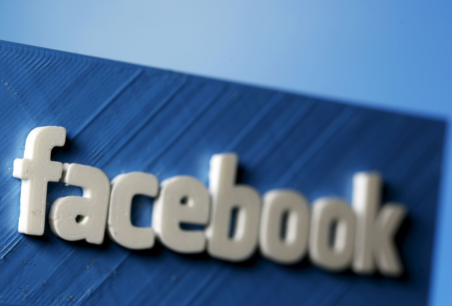 """""""Facebook"""" mėgina susidraugauti su turinį apmokestinančia žiniasklaida"""