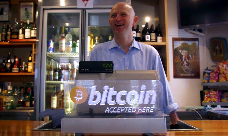 """Bitkoinai bet kuriuo metu gali išnykti kaip dūmas, jei tik vartotojai nustos jais pasitikėti. """"Reuters"""" nuotr."""