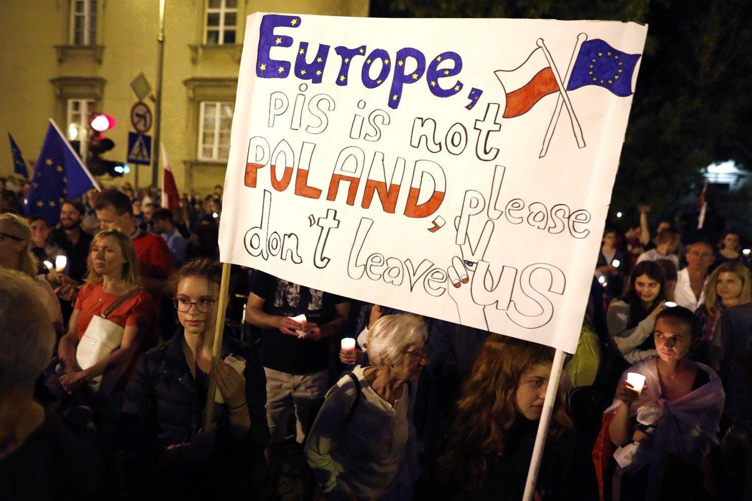 Lenkijoje neslopsta masiniai protestai dėl teismų reformos