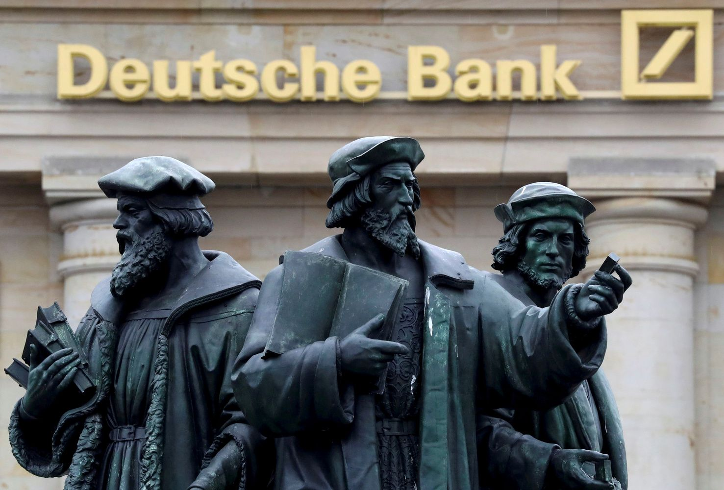 """""""Deutsche Bank"""" nesustabdo pajamų kritimo, nors pelnas išaugo"""