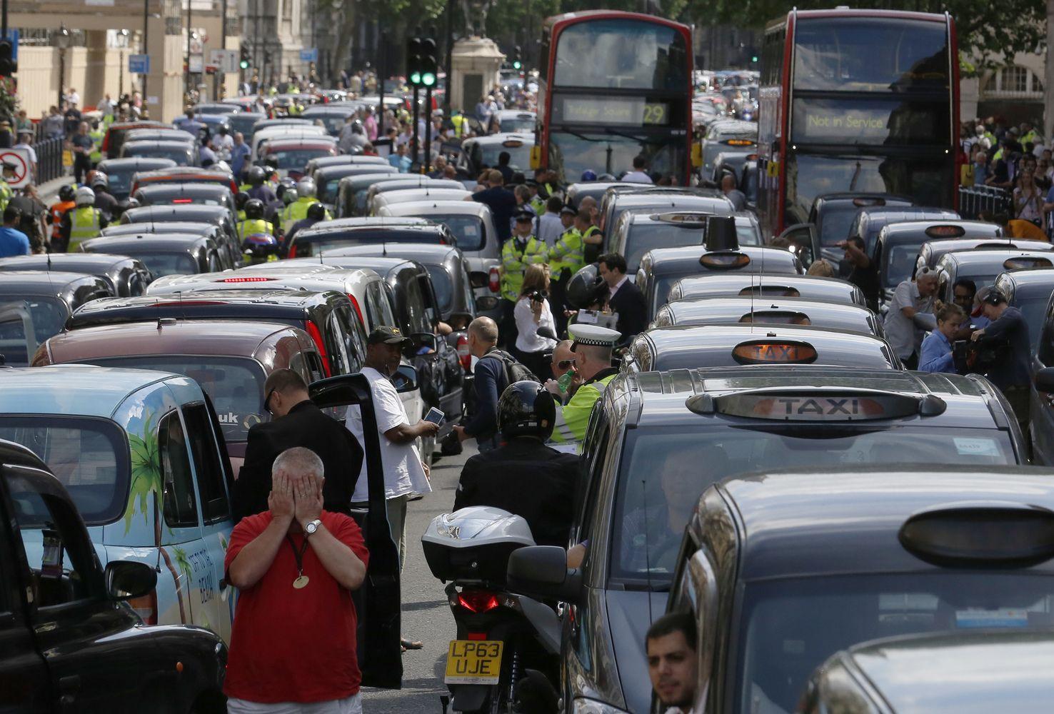 Britainumatė draudimą prekiauti benzininiais ir dyzeliniais automobiliais