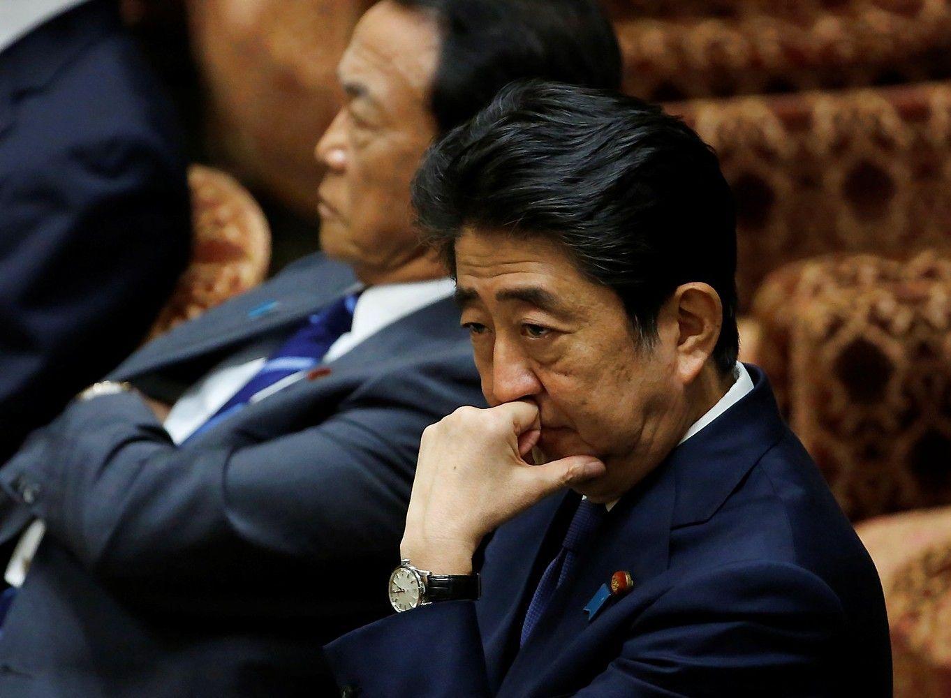 Nepajudinamu vadintas Japonijos premjeras Abe skandaluose klimpsta vis giliau
