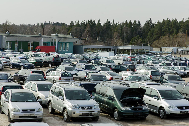 Automobilių parkas sparčiai pučiasi, tačiau tik popieriuje