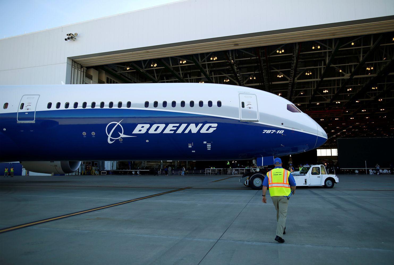 """""""Boeing"""" siekiaefektyvumo– atleidinėja darbuotojus"""